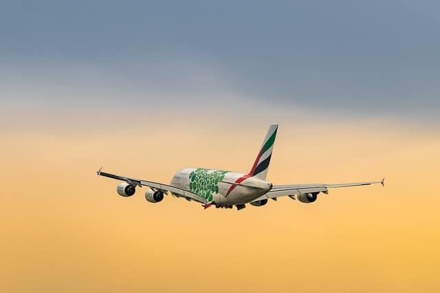 Flugzeug fliegt über die Kuppel des Berliner KapiKapitols